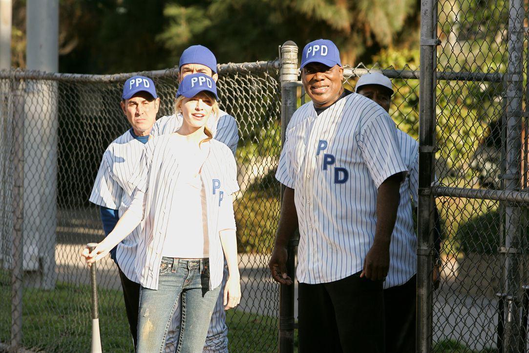 Haben jede Menge Spaß beim alljährlichen Softballturnier: Det. Lilly Rush (Kathryn Morris,vorne l.) und Det. Will Jeffries (Thom Barry, r.) - Bildquelle: Warner Bros. Television