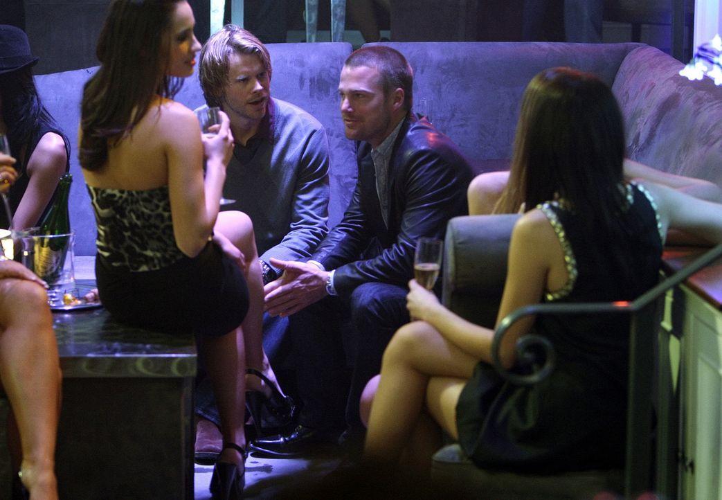 In einem angesagten Club, ermitteln Callen (Chris O'Donnell, 2.v.r.) und Deeks (Eric Christian Olsen, 2.v.l.) undercover, um einen Mordfall aufzuklä... - Bildquelle: CBS Studios Inc. All Rights Reserved.