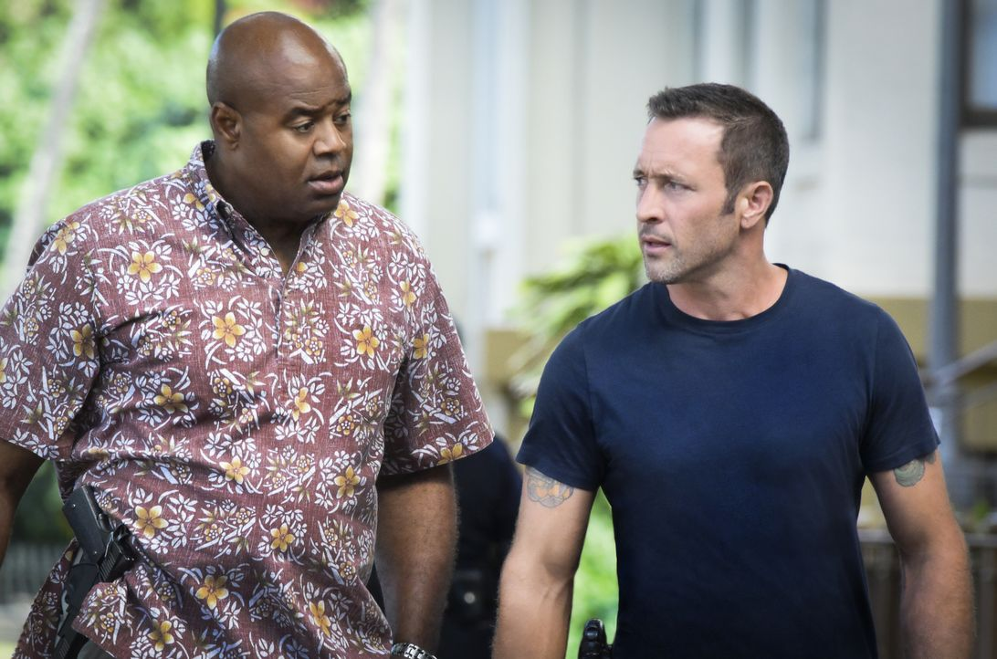 Durch einen Hinweis einer DEA-Informantin führt McGarrett (Alex O'Loughlin, r.) und Grover (Chi McBride, l.) die Spur zunächst in ein schickes Resta... - Bildquelle: Norman Shapiro 2017 CBS Broadcasting Inc. All Rights Reserved. / Norman Shapiro