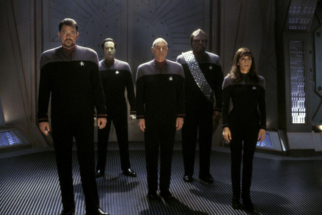 Eine neue Mission wartet auf Captain Jean-Luc Picard (Patrick Stewart, M.), Commander Riker (Jonathan Frakes, l.), Commander Data (Brent Spiner, 2.v... - Bildquelle: Paramount Pictures