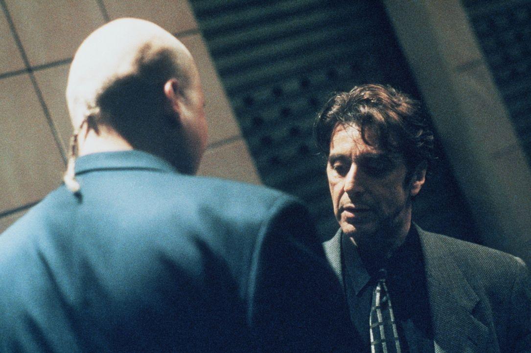 Detektive Vincent Hanna (Al Pacino, r.) stößt per Zufall auf eine heiße Spur. Es kommt zu einem Treffen mit den Profi-Gangstern ... - Bildquelle: Warner Bros.