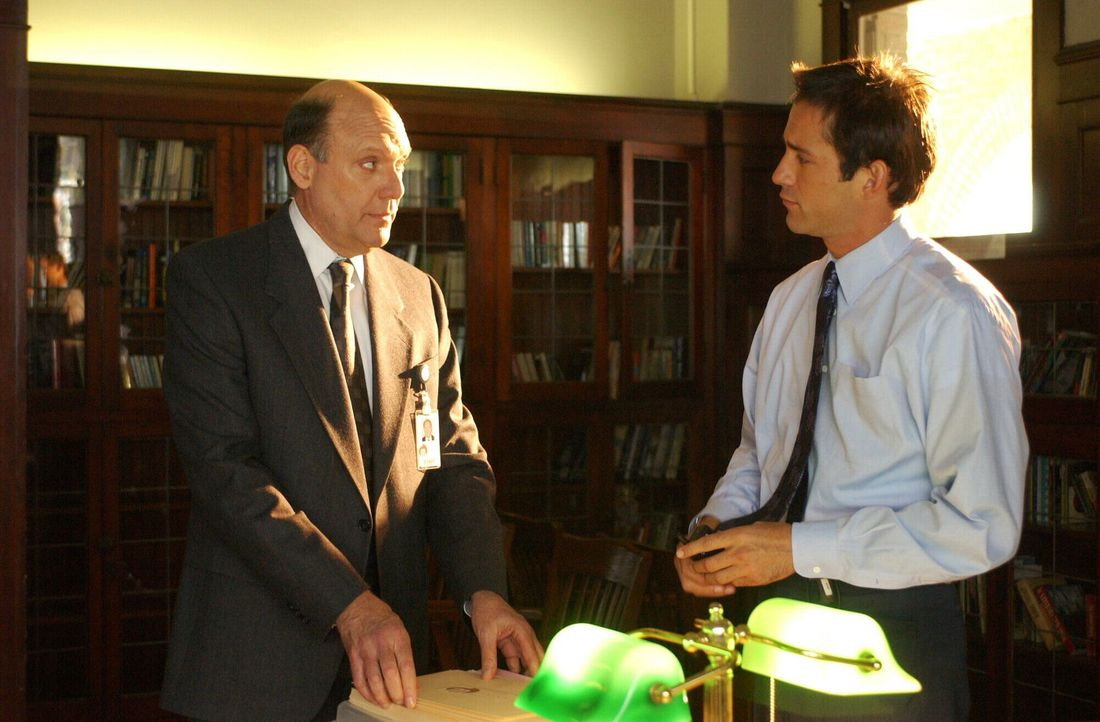 Sie besprechen die weitern Vorgehensweisen: Spencer Dunlop (H. Richard Greene, l.) und Danny Taylor (Enrique Murciano, r.) - Bildquelle: Warner Bros. Entertainment Inc.