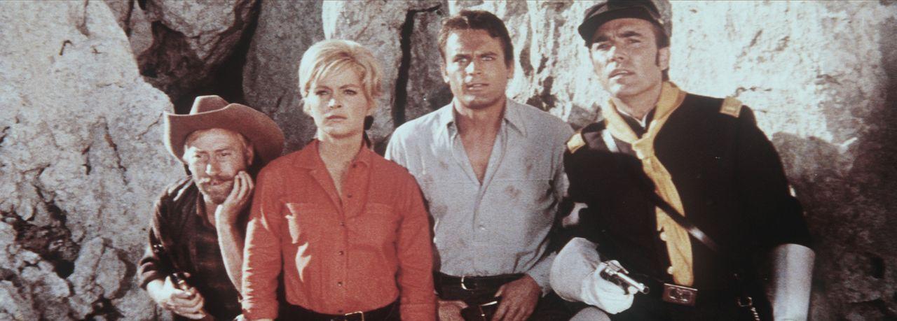 Old Wabble (Paddy Fox, l.), Judith (Leticia Román, 2.v.l.), Toby (Terence Hill, 2.v.r.) und Captain Miller (Erik Schumann, r.) erkennen plötzlich... - Bildquelle: Warner Bros.