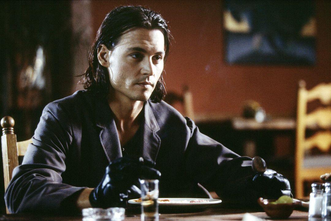 CIA-Agent Sands (Johnny Depp) will einen furchtlosen Mordplan gewinnen in den der Präsident von Mexiko, ein kompromissloser Drogenbaron und ein kor... - Bildquelle: Columbia Pictures Corporation