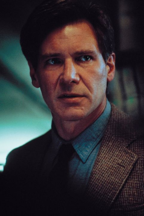 Ist auf der Flucht vor der Polizei, die ihn für den Mörder seiner Frau hält: Dr. Richard Kimble (Harrison Ford) ... - Bildquelle: Warner Brothers International Television Distribution Inc.