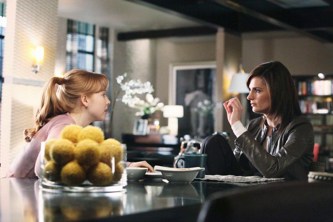 Alexis (Molly C. Quinn, l.) findet es schön, dass Kate (Stana Katic, r.) vorübergehend bei ihnen wohnt. Sie hätte nichts dagegen, wenn dies zum Daue... - Bildquelle: ABC Studios