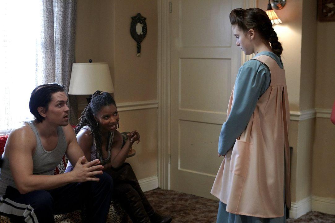 Das Pflegekind Ethel (Madison Davenport, r.), das sie für Geld eine Woche bei sich wohnen lassen, wird für Kevin (Steve Howey, l.) und Veronica (Sha... - Bildquelle: 2010 Warner Brothers