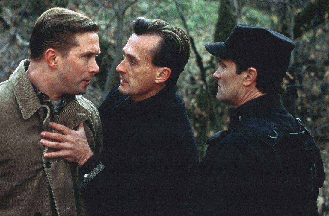 Dwyer (Robert Knepper, M.) weist seinen Partner Barnes (Stephen Baldwin, l) darauf hin, dass er nicht den Chef der Eingreifgruppe (Robert Joseph, r.... - Bildquelle: COLUMBIA TRISTAR INTERNATIONAL TELEVISION