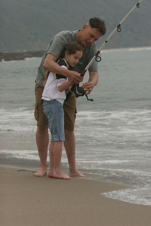 Während Gibbs' (Mark Harmon, r.) Zustand kritisch ist, durchlebt er einige Erinnerungen mit seiner Tochter (Mary Mouser, l.), die er für lange Zeit... - Bildquelle: CBS Television
