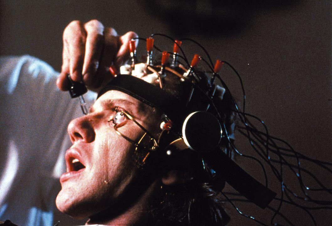 Um vorzeitig aus der Haft freizukommen, willigt Alex (Malcolm McDowell) in eine neuartige Therapie ein - die ihm nicht nur seine Aggression nimmt, s... - Bildquelle: Warner Bros. Television