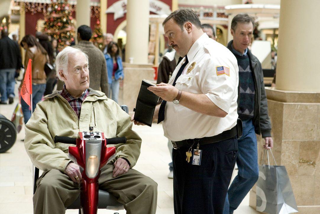 Paul Blart (Kevin James, r.) sorgt im Kaufhaus für Recht und Ordnung - doch nicht jeder (Bernie McInerney, l.) lässt sich von ihm einschüchtern ... - Bildquelle: 2009 Columbia Pictures Industries, Inc. and Beverly Blvd LLC. All Rights Reserved.