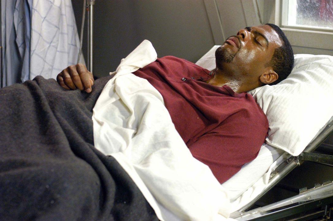Nachdem sich Powells (Troy Winbush) mit einem mysteriösen Virus angesteckt hat, beginnt für seine Kollegen ein Wettlauf mit der Zeit um sein Leben... - Bildquelle: CBS Television