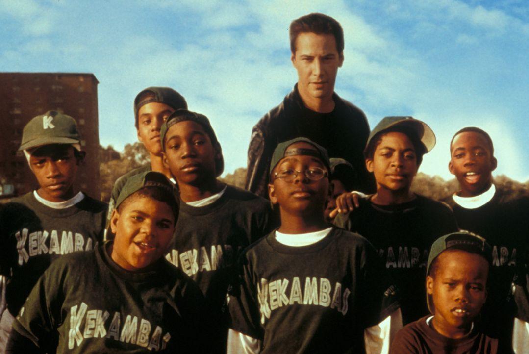 Lustlos absolviert Conor (Keanu Reeves, M.) ein Trainingscamp mit einem Dutzend dreckiger, zehnjähriger Kids aus dem Ghetto von Chicago. Unglückli... - Bildquelle: Paramount Pictures