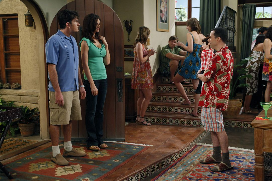 Charlie (Charlie Sheen, l.) und Chelsea (Jennifer Taylor, 2.v.l.) sind völlig genervt, als Alan (Jon Cryer, r.) mit Melissa eine nicht angekündigt... - Bildquelle: Warner Bros. Television
