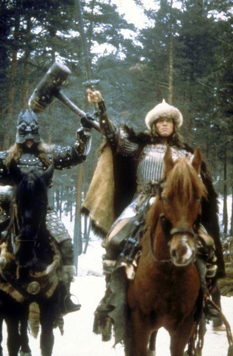 Bei seinem Kampf gegen Thulsa Doom erhält Conan (Arnold Schwarzenegger, r.) unerwartet Hilfe ... - Bildquelle: Universal Pictures