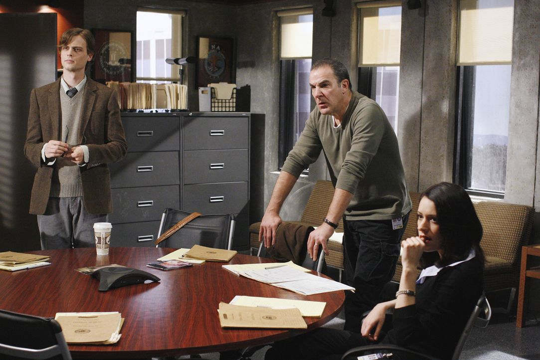 Auf der Suche nach einem Serienmörder: Reid (Matthew Gray Gubler, l.), Gideon (Mandy Patinkin, M.) und Emily Prentiss (Paget Brewster, r.) ... - Bildquelle: Touchstone Television