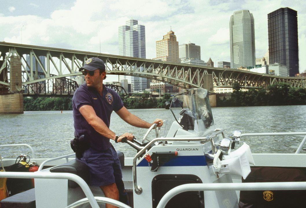 Wildert in fremden Gewässer: Wasserschutzpolizist Tom Hardy (Bruce Willis) ... - Bildquelle: Columbia Pictures