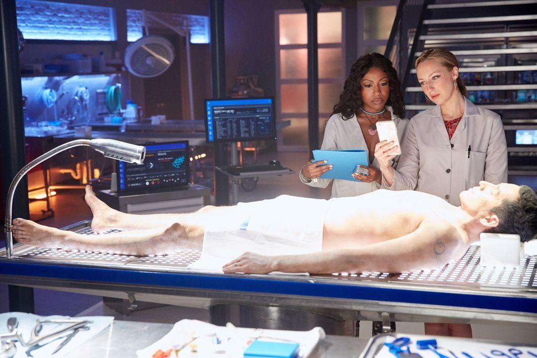 Während Pippy (Gabrielle Dennis, l.) und TMI (Anna Konkle, r.) am Leichnam von Villas Ehemann weitere Tests vornehmen, um der Todesursache auf die S... - Bildquelle: 2016-2017 Fox and its related entities. All rights reserved.