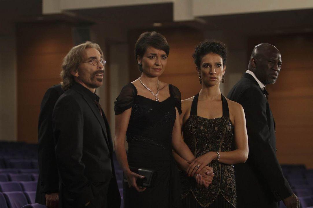 Ihr Opernbesuch verläuft ganz anders als geplant: Guerrero (Jackie Earle Haley, l.), Ilsa (Indira Varma, 2.v.r.) und Connie (Olga Sosnovska, 2.v.r.)... - Bildquelle: 2011  Warner Bros.