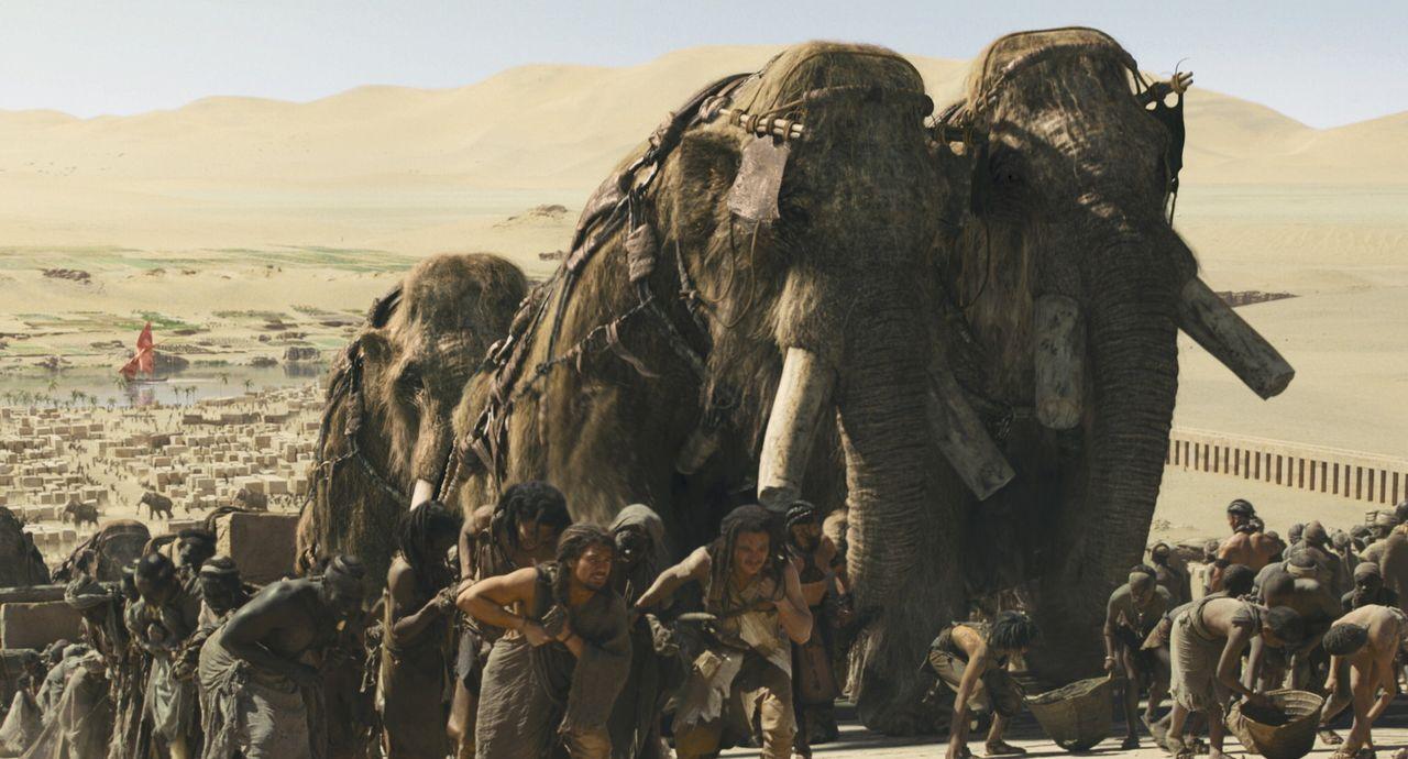 Durch das Töten eines riesigen Mammuts kommt der Jäger D'Leh (Steven Strait, M.l.) seinem größten Wunsch einen Schritt näher: Er will die attra... - Bildquelle: Warner Brothers