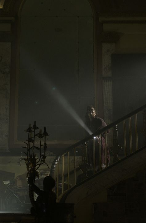 """Während sich Kathleen Burke (Deneen Tyler) in dem alten Haus umsieht, wartet schon der """"Chirurg"""" auf sie ... - Bildquelle: Tele München Gruppe"""
