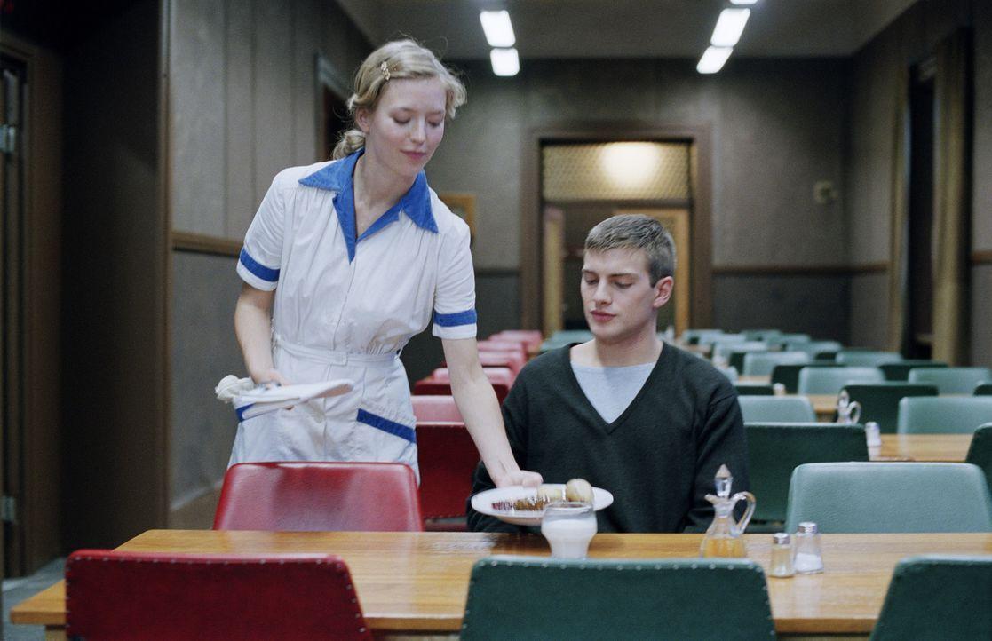 Zwischen Marja (Linda Gyllenberg, l.), die in Stjärnsberg als Putzfrau angestellt ist, und Erik Ponti (Andreas Wilson, r.) spinnen sich zarte Bande... - Bildquelle: MFA Filmdistribution