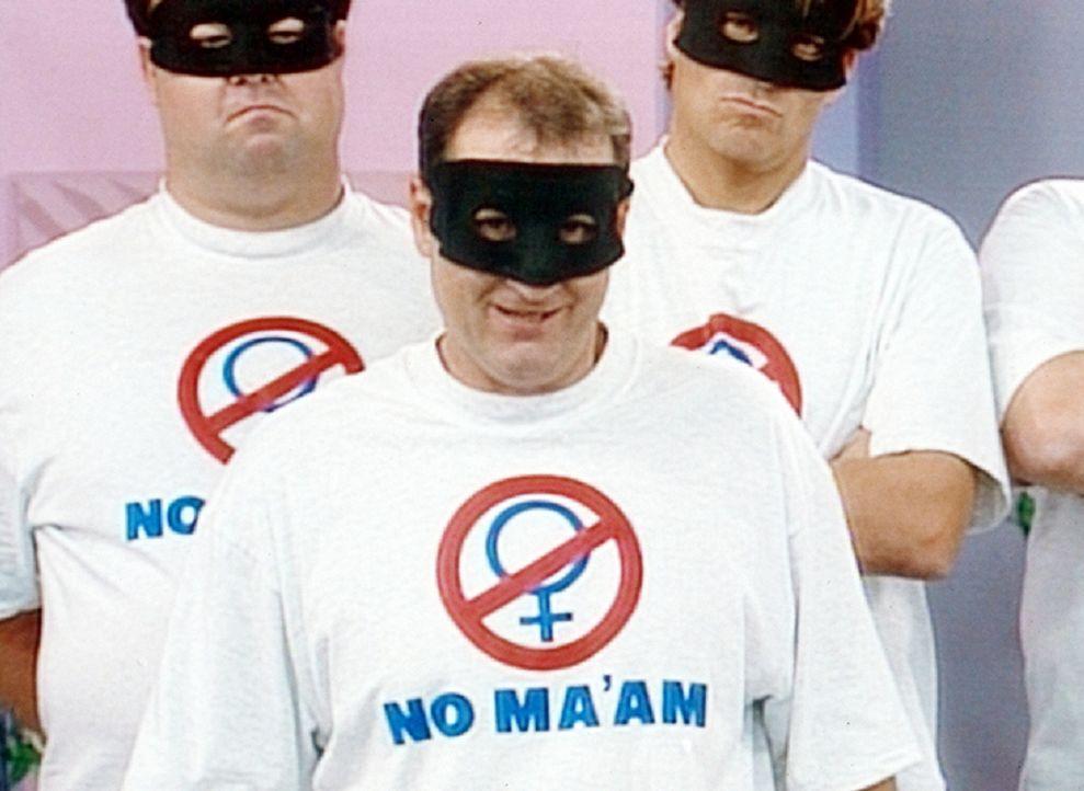 Verkleidet wie ein Desperado tritt Al (Ed O'Neill, M.) als Anführer eines Männervereins gegen den Terror der Feministinnen im Fernsehen auf. - Bildquelle: Columbia Pictures