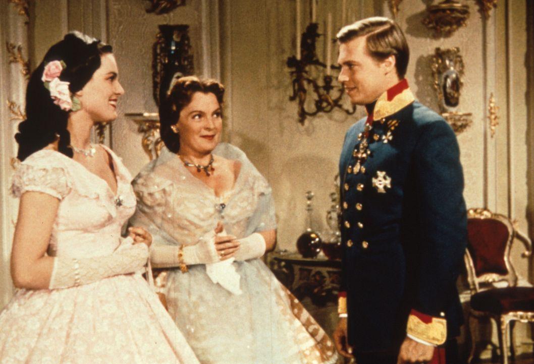 Herzogin Ludovika von Bayern (Magda Schneider, M.) und ihre Tochter Prinzessin Helene (Uta Franz, l.) begrüßen, das Interesse von Kaiser Franz - J... - Bildquelle: Herzog-Filmverleih