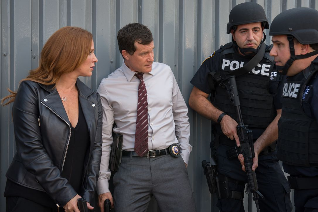 Stehen Al (Dylan Walsh, 2.v.l.), Carrie (Poppy Montgomery, l.) und die Major-Crimes-Unit kurz vor dem Durchbruch im Fall der Kindesentführung? - Bildquelle: Jeff Neumann 2015, 2016 Sony Pictures Television Inc. All Rights Reserved. / Jeff Neumann