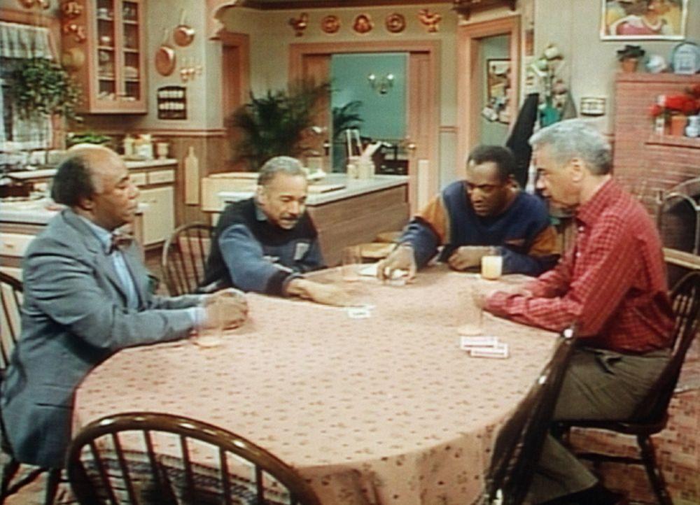 Cliff (Bill Cosby, 2.v.r.) und Professor Foster (Roscoe Lee Browne, l.) spielen gegen Cliffs Vater (Earle Hyman, r.) und Homer (Bill Gunn). - Bildquelle: Viacom
