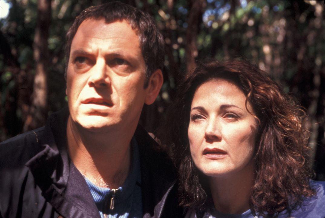 """Als die Vulkanologin Dr. Janet Fraser (Lynda Carter, l.), ihr Ehemann Kevin (Parker Stevenson, r.) und ihre Tochter Urlaub am Fuße des Vulkans """"Mou... - Bildquelle: Regent Entertainment"""