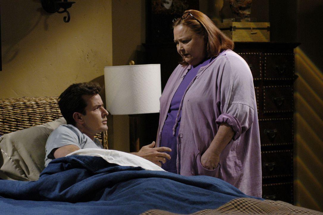Eines Tages kündigt Berta (Conchata Ferrell, r.) die Putzstelle bei Charlie (Charlie Sheen, l.) ... - Bildquelle: Warner Brothers Entertainment Inc.