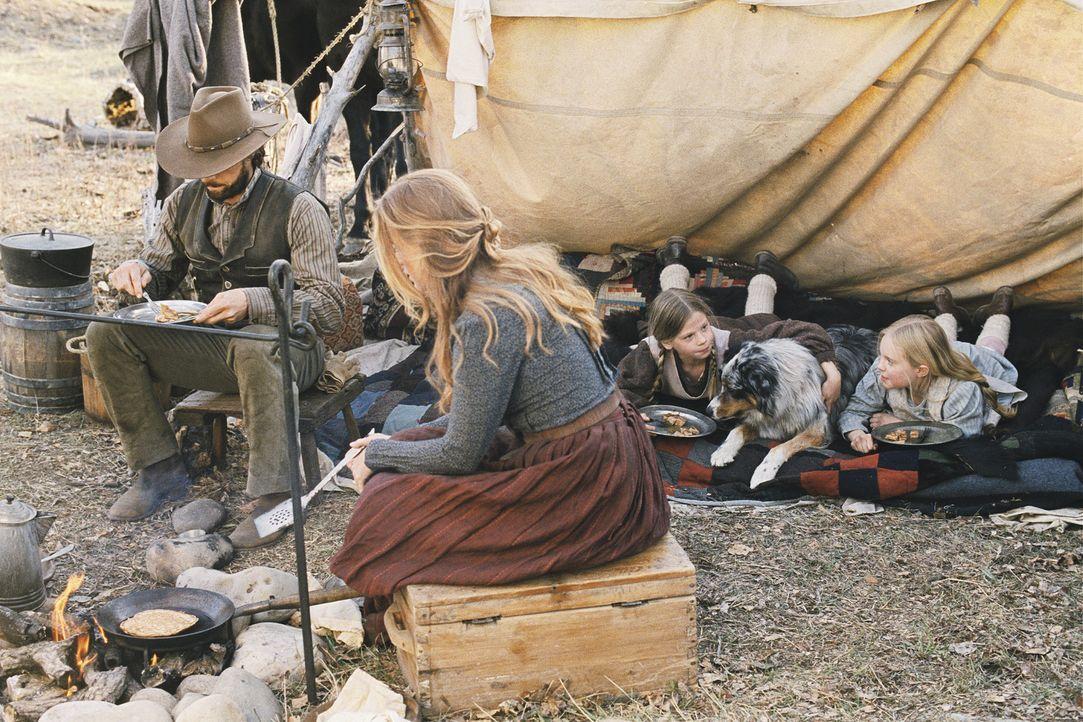 Nachdem Charles Ingalls (Cameron Bancroft, l.), seine Frau Caroline (Erin Cottrell, 2.v.l.) und die beiden Töchter Laura (Kyle Chavarria, 2.v.r.) u... - Bildquelle: ABC, Inc.