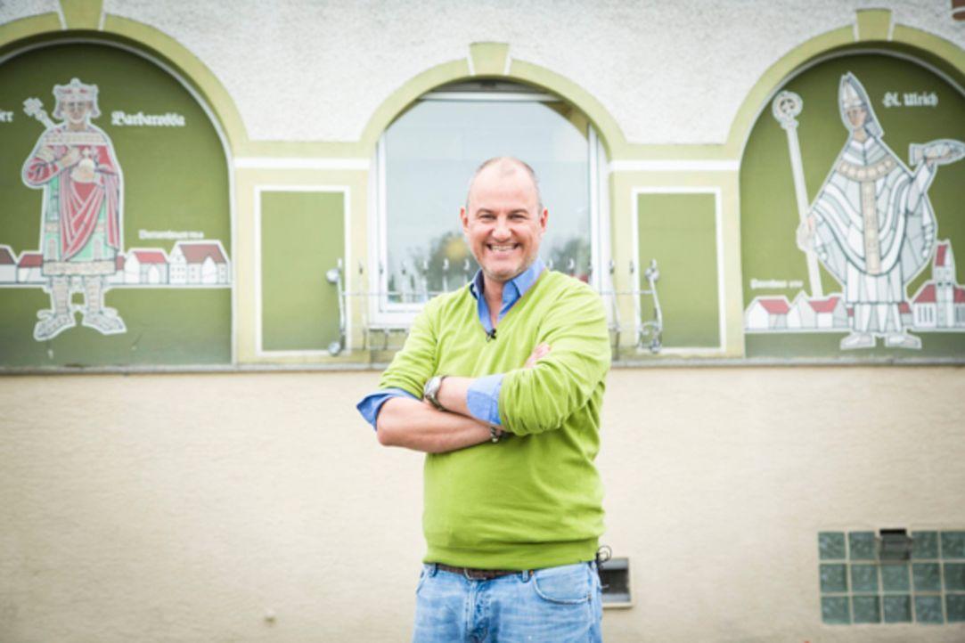 """Sternekoch Frank Rosin vor dem """"Landgasthof Schmid - Zum Spatzl"""" in Batzenhofen bei Augsburg. Das Restaurant braucht seine Hilfe dringend, denn Inha... - Bildquelle: kabel eins"""