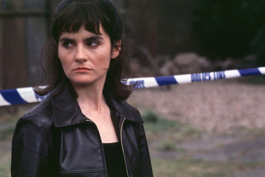 Um sich das Rauchen abzugewöhnen, begibt sich die Polizistin D. I. Losey (Shirley Henderson) zu einem Hypnotiseur. Ein fataler Fehler ...