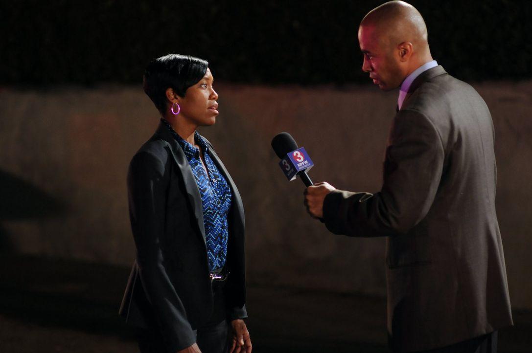 Stellt sich den Fragen des Reporters (Brian Jones, r.): Lydia (Regina King, l.) - Bildquelle: Warner Brothers