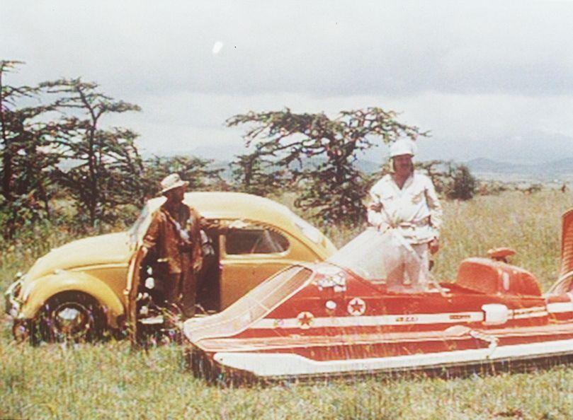 'Dudu', Ben (Richard Lynn, l.) und James Butler (Gerd Duwner, r.) mit seinem Luftkissenmobil wollen die Afrika-Rallye gewinnen - doch das ist gar ni... - Bildquelle: Beta Film GmbH