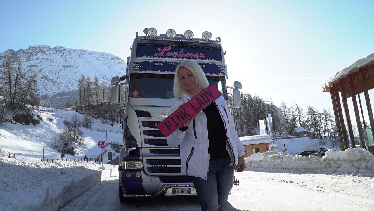 Pink Lady: Lissy Reiterer aus Bozen in Südtirol erfüllt sich ihren größten Trucker-Traum: Einmal einen Vierzigtonner durch die australische Steppe f... - Bildquelle: kabel eins