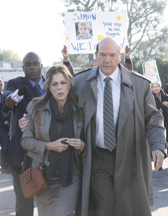 Det. Bud Morris (John Carroll Lynch, r.) begleitet Ruth Stone (Rita Wilson, l.) ins Gericht und schützt sie vor der Wütenden Meute ... - Bildquelle: 2011 American Broadcasting Companies, Inc. All rights reserved.