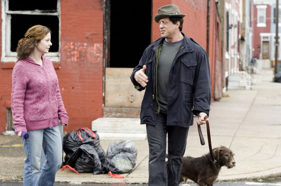 Seit langem trauert Rocky (Sylvester Stallone, r.) um seine Frau Adrian, die an Krebs verstorben ist. Da lernt er die Kellnerin Marie (Geraldine Hug...