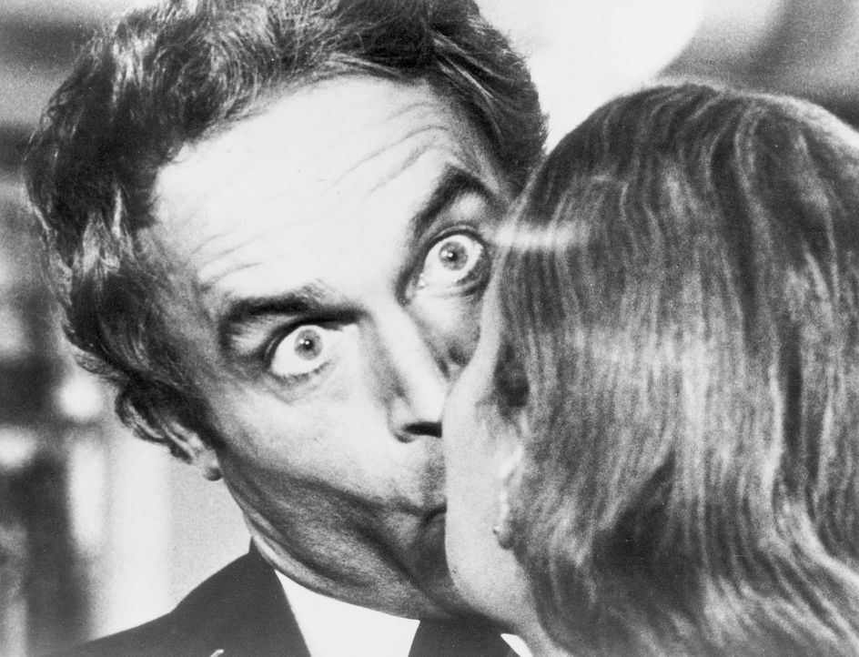 Supercop Dave Speed (Terence Hill, l.) bekommt einen Schock, als er seine Braut Evelyn (Julie Gordon, r.) zum erstenmal küsst ... - Bildquelle: El Pico S.A.
