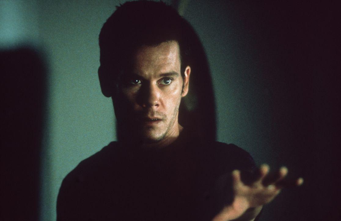 Seit seiner Hypnose machen grauenhafte Todesvisionen dem Chicagoer Arbeiter Tom (Kevin Bacon) das Leben zur Hölle ... - Bildquelle: 20th Century Fox