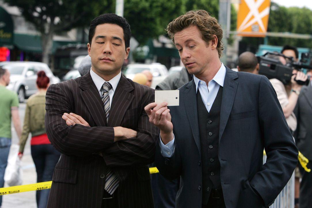 Anfangs dachten Kendall (Tim Kang, l.) und Patrick (Simon Baker, r.), dass sie den Mörder von Hollywood-Produzent Felix Hanson im Drogenmilieu finde... - Bildquelle: Warner Bros. Television