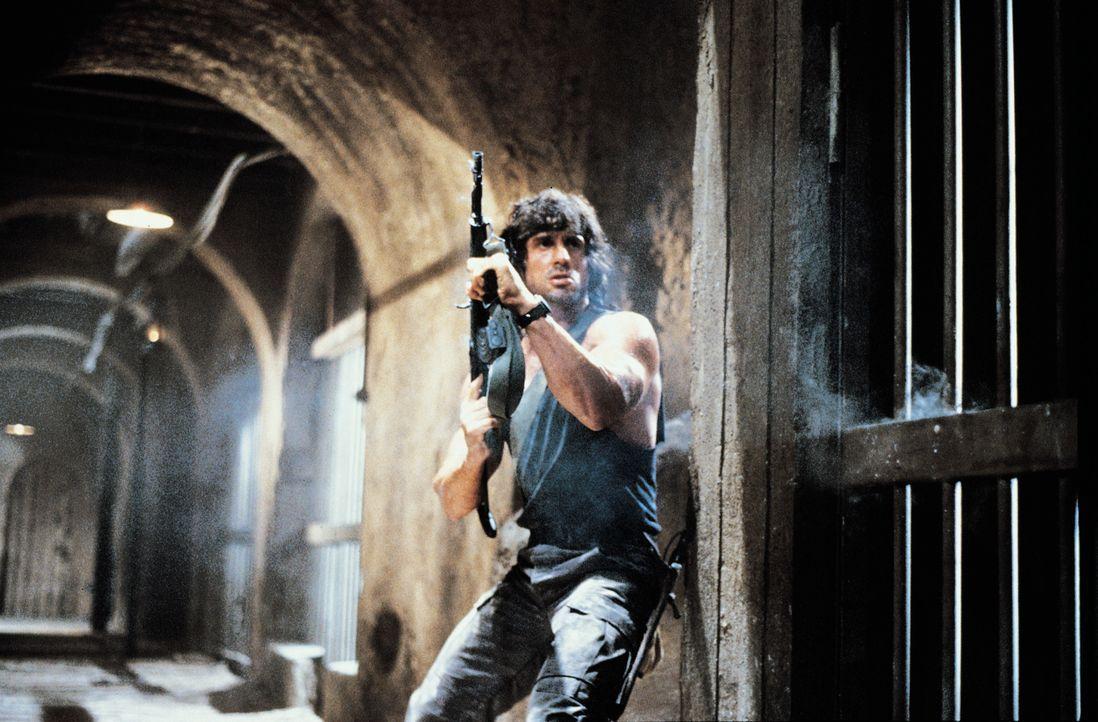 Auf eigene Faust versucht Rambo (Sylvester Stallone) seinen langjährigen Freund Colonel Trautman aus russischer Gefangenschaft zu befreien. Keine le... - Bildquelle: 1988 STUDIOCANAL. All Rights Reserved.