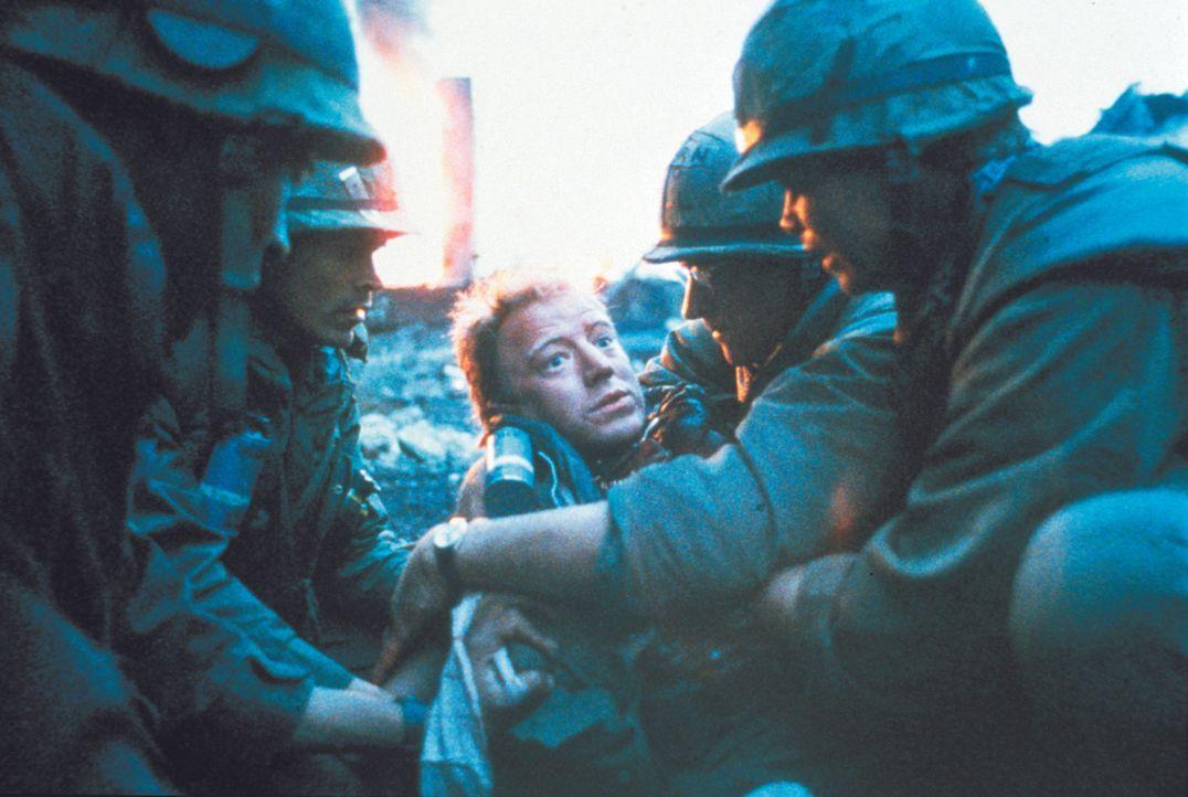 Im Krieg gibt es keine Sieger: Die Marines versuchen, ihrem tödlichen verwundeten Kameraden des Sterben zu erleichtern ... - Bildquelle: Warner Bros.