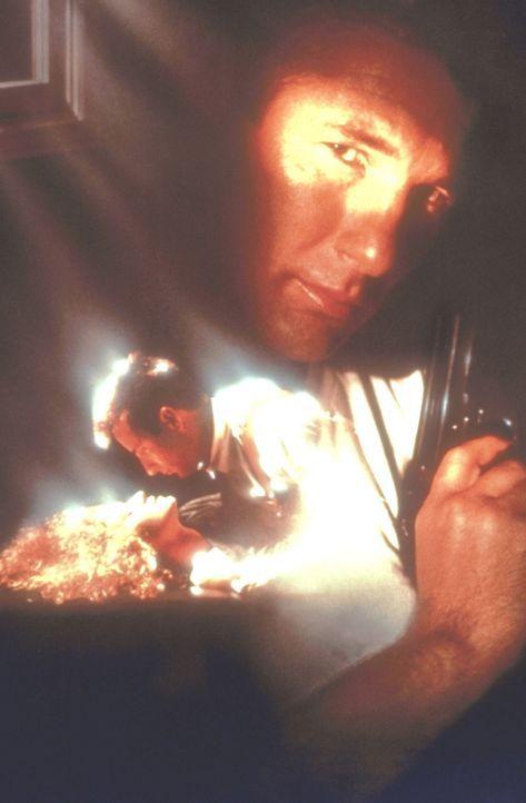 """Der korrupte Polizeibeamte Peck (Richard Gere, r.oben) versucht, seinen Kollegen Avila (Andy Garcia, l.) aus der """"Internal Affairs Division"""" aufs Kr... - Bildquelle: Paramount Pictures"""