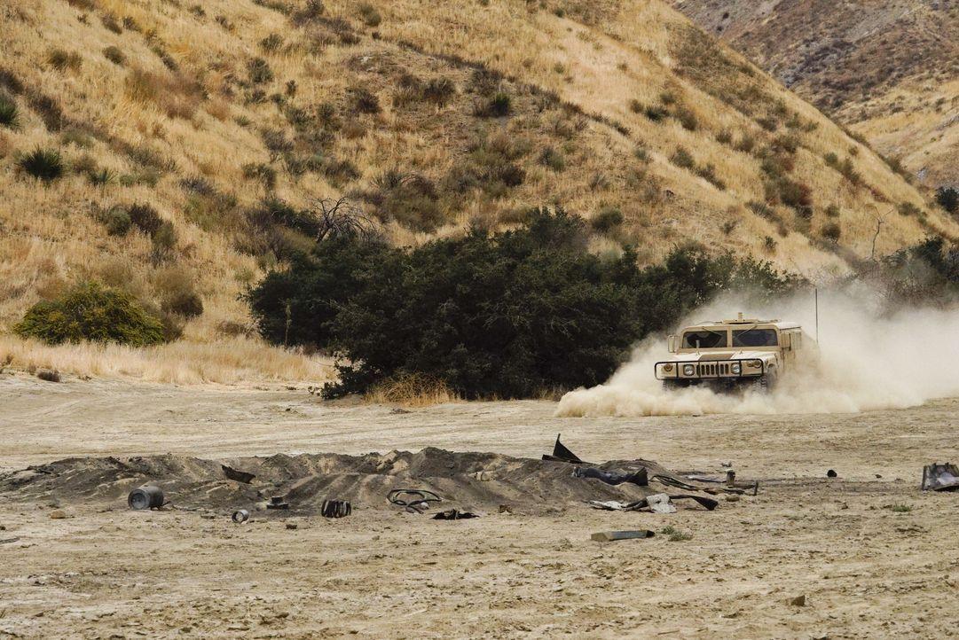 Als das Humvee des Senators in eine Sprengfalle gerät, sieht sich das NCIS-Team in Afghanistan plötzlich in einem gefährlichen Einsatz ... - Bildquelle: Cliff Lipson 2017 CBS Broadcasting, Inc. All Rights Reserved. / Cliff Lipson
