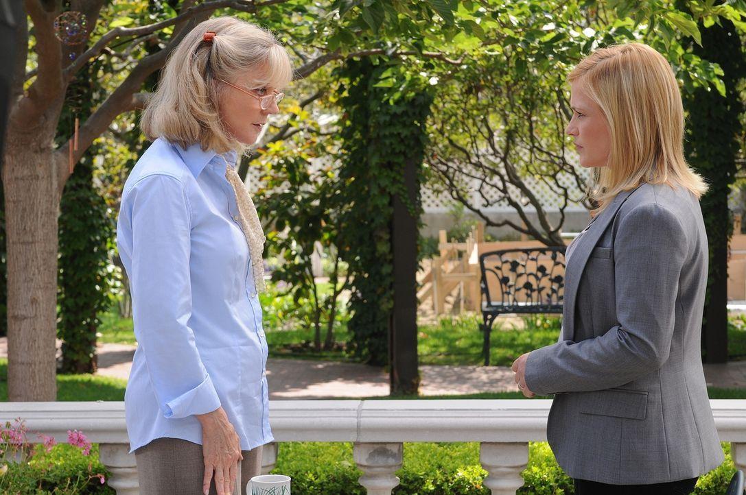 Eigentlich ist Allison (Patricia Arquette, r.) der Meinung, dass der Freund von Louise Leamings (Blythe Danner, l.) Tochter für deren Verschwinden v... - Bildquelle: Paramount Network Television