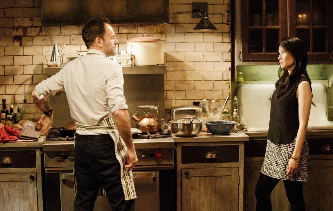 Watson (Lucy Liu, r.) überrascht Holmes (Jonny Lee Miller, l.) beim Plumpudding-Backen und erfährt, dass er sich dabei besonders gut entspannen kann... - Bildquelle: CBS Television