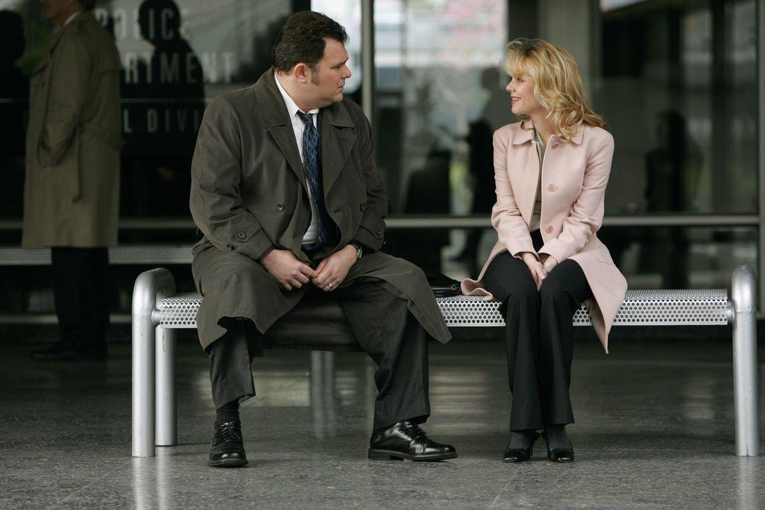 Megan (Sarah Aldrich, r.), die Jugendliebe von Nick Vera (Jeremy Ratchford, l.), bittet den Detective um Hilfe: Sie möchte den Unfalltod ihrer Schwe... - Bildquelle: Warner Bros. Television